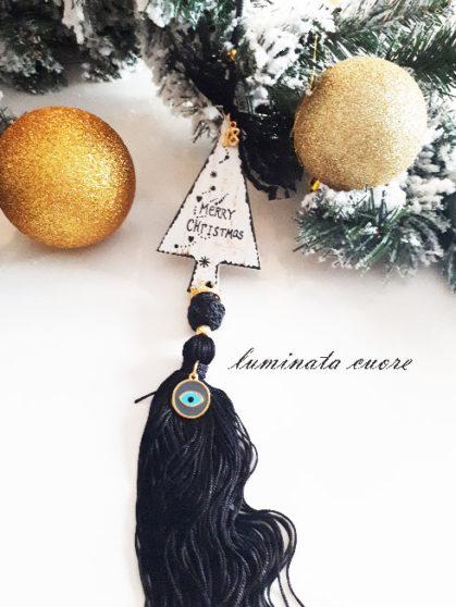 Γούρι Χριστουγεννιάτικο ξύλινο δέντρο επιχρυσωμένο μάτι και μάυρη φούντα.
