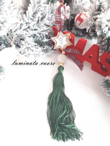 Γούρι Χριστουγεννιάτικο με ξύλινο αστέρι κρεμαστό με μεταξωτή φούντα πέτρα λάβας και επιχρυσωμένο 18 και πέταλο